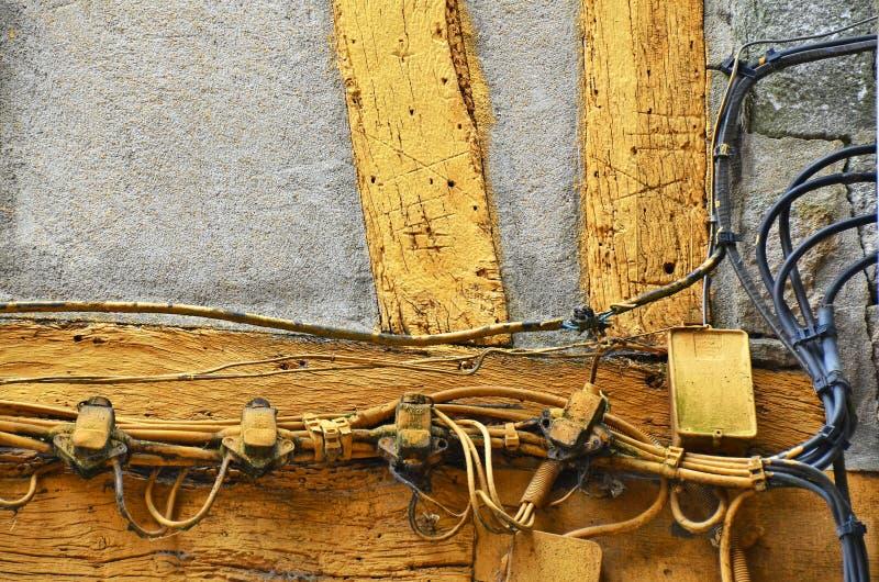 Câblage électrique dangereux et risqué, câblant l'extérieur de l'une vieille maison à Rouen, France photos libres de droits