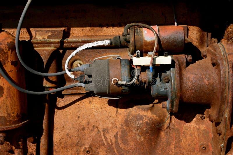 Câblage et allumage de démarreur sur un vieux tracteur image stock