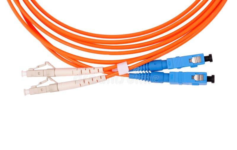 Câble à fibres optiques orange sur le tir blanc de macro de fond. images stock