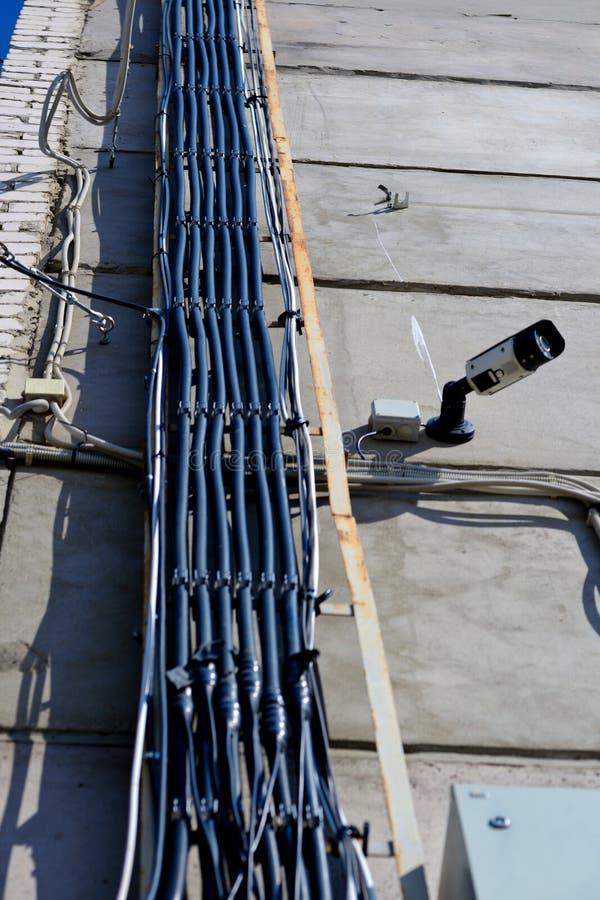 Câble à haute tension dans un chemin de câbles image libre de droits