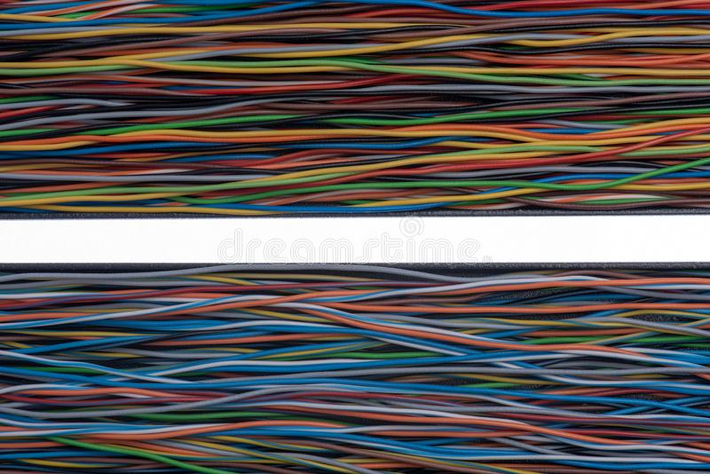 Câble électrique sur bus parallèle isolé sur blanc photos libres de droits