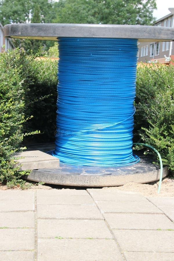 Câble bleu de fibre de verre sur une bobine sur la rue du Gouda aux Pays-Bas photos libres de droits