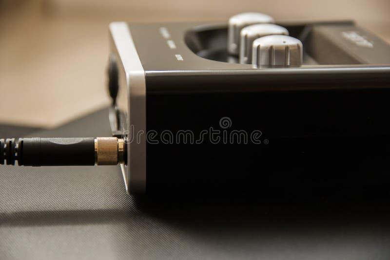 Câble d'écouteur dans le cric d'écouteur carte son externe, mélangeur dans le studio à la maison du musicien photos libres de droits