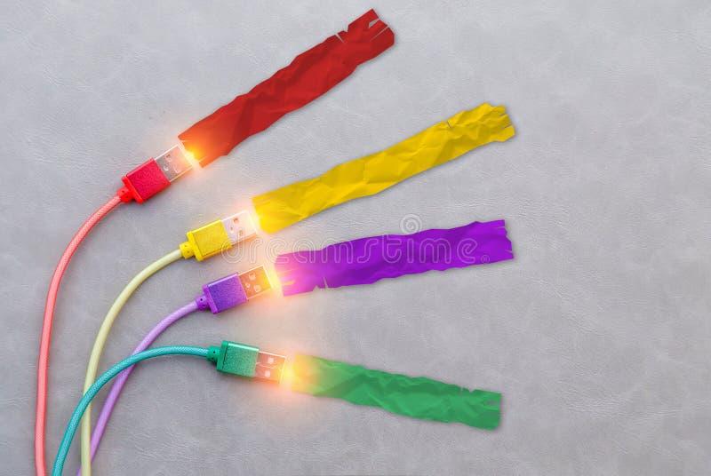 Câble d'USB avec le câble pourpre de câble de câble rouge de jaune et le col vert photographie stock libre de droits