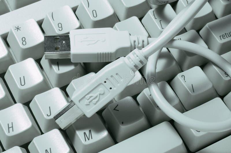 Câble d'USB sur le clavier d'ordinateur photo stock