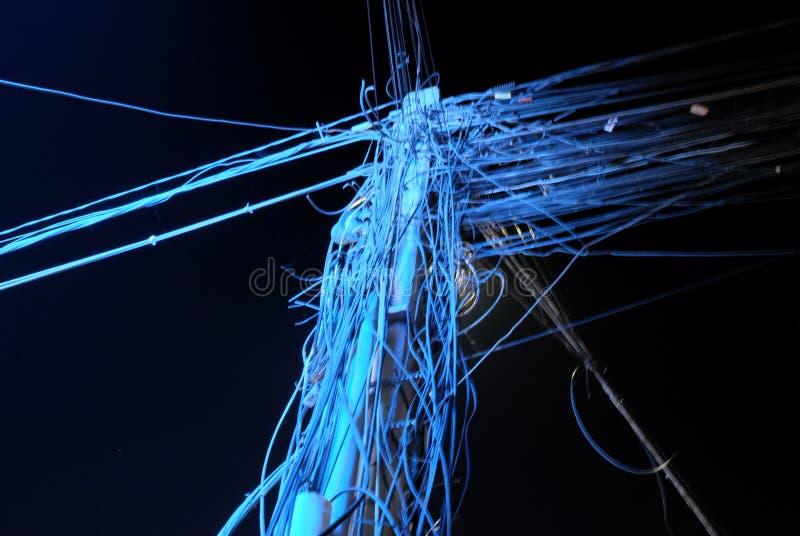 Câble de ligne électrique Le réseau de transmissions urbain image stock