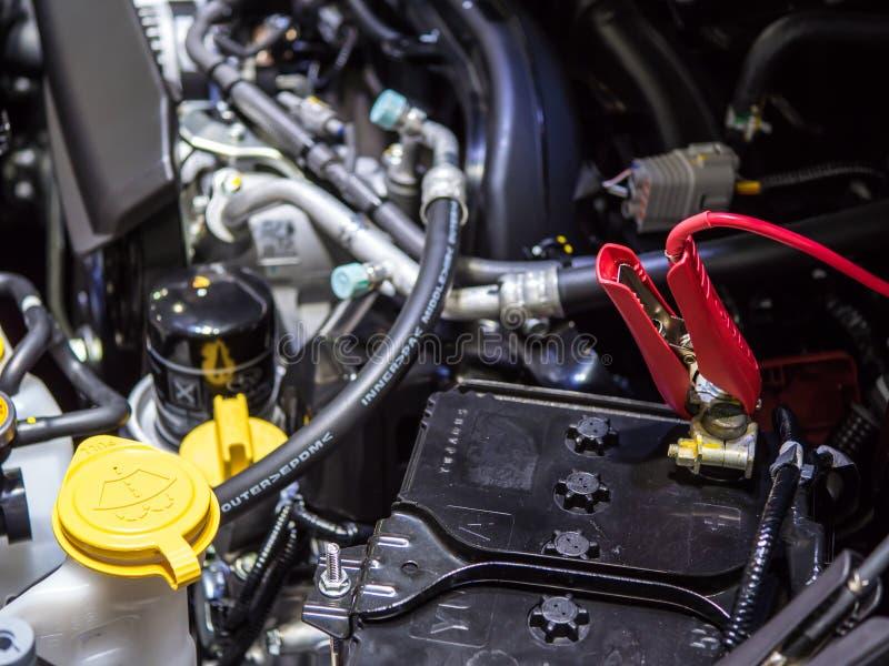 Câble de pullover sur la voiture de batterie image stock