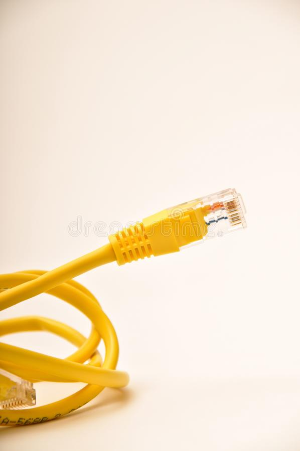 Câble jaune cad5 de réseau image libre de droits