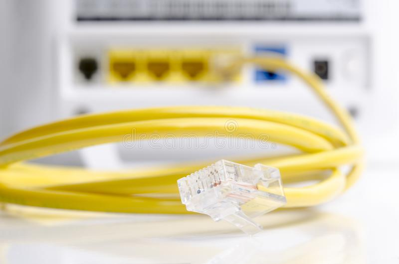 Câble jaune de communication avec le modem d'isolement images libres de droits