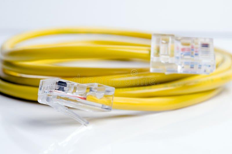Câble jaune de connexion internet et détail de prise d'isolement sur le fond blanc photo stock