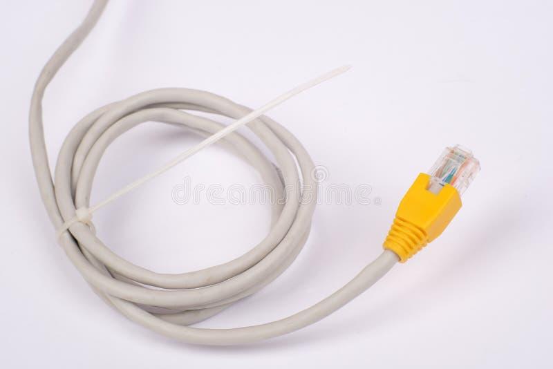 Câble jaune tordu d'ordinateur image libre de droits