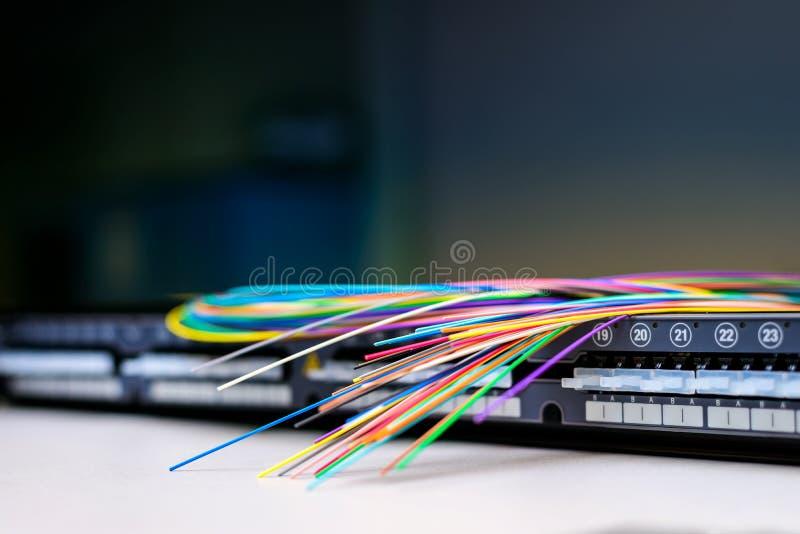 Câbles à fibres optiques sur le panneau électrique de correction photo libre de droits