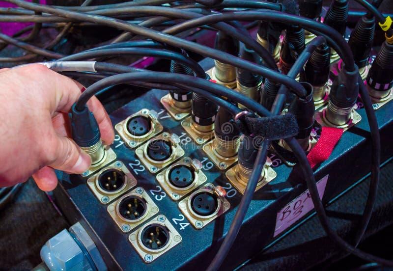 Câbles colorés de microphone reliés au mixeur son images libres de droits