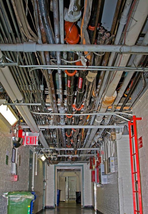 Câbles et pipes de service photographie stock