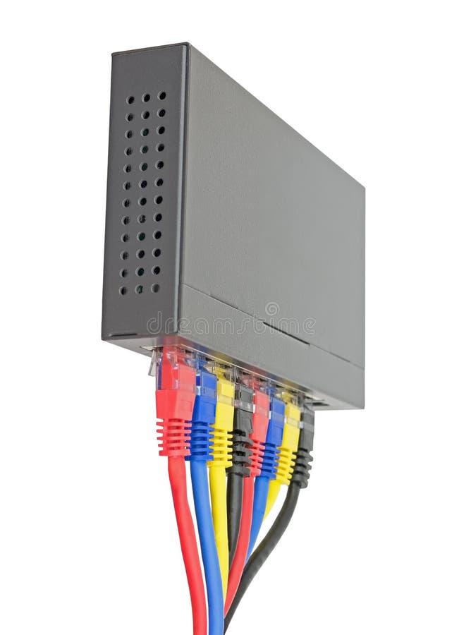Câbles multicolores de réseau reliés au routeur sur un blanc photo libre de droits