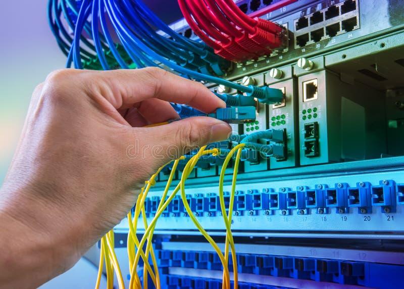 Câbles se reliants de réseau de fibre d'homme photos stock