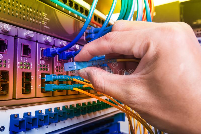 Câbles se reliants de réseau de fibre d'homme image libre de droits
