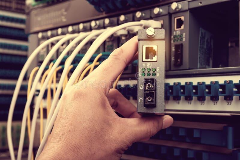 Câbles se reliants de réseau de fibre d'homme photo libre de droits
