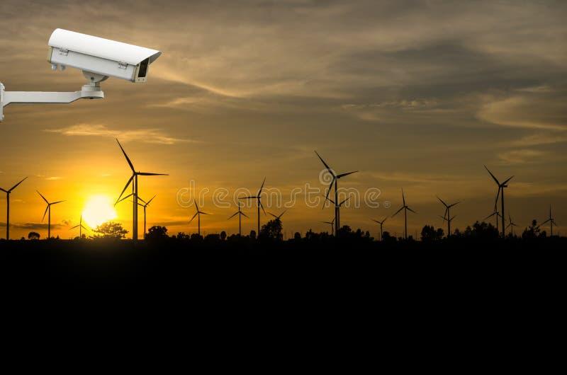 Câmara de segurança do CCTV com o gerador de poder da turbina eólica imagem de stock