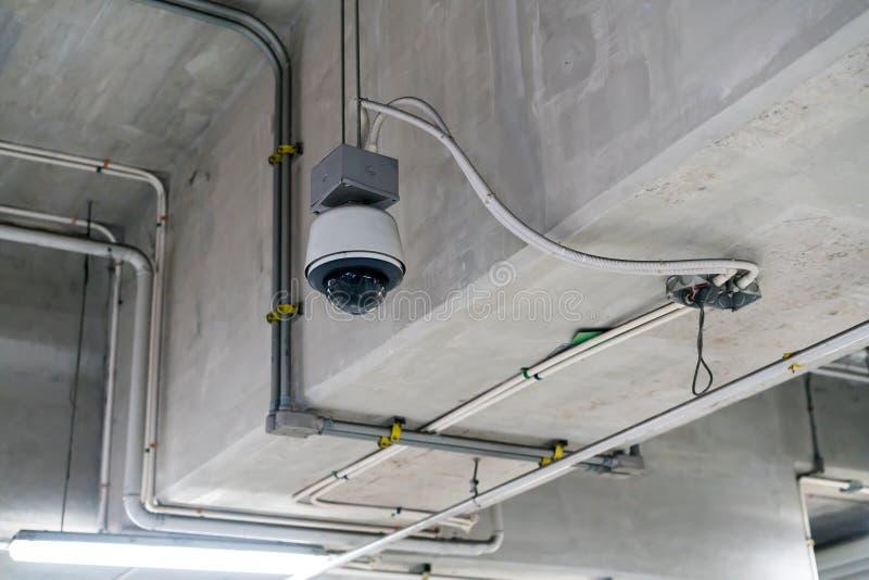 Câmara de segurança do CCTV instalada na construção do teto imagem de stock