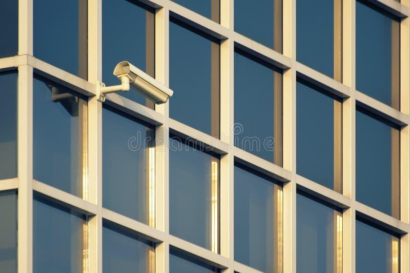 Câmara de segurança em uma fachada moderna da construção imagem de stock