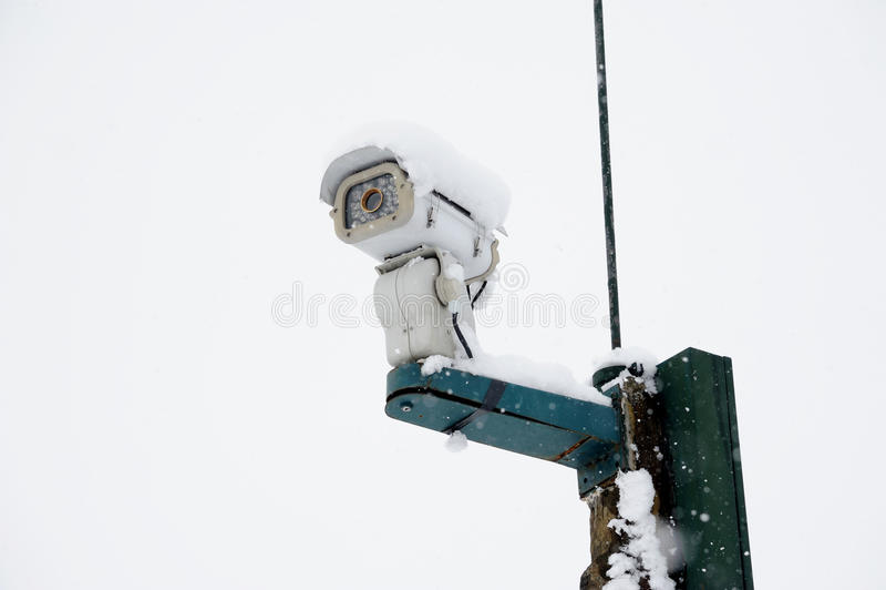 Câmara de segurança na neve fotos de stock royalty free