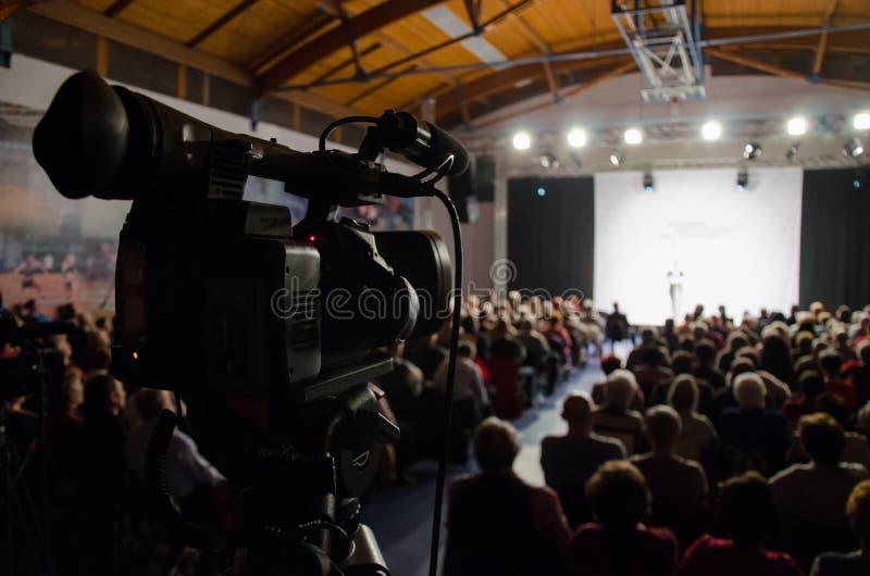Câmara de televisão na conferência imagens de stock royalty free