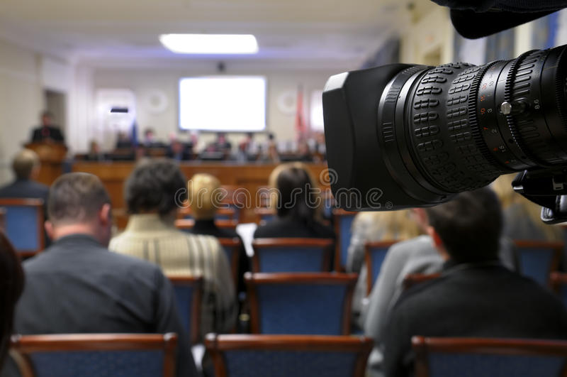 Câmara de televisão na conferência de imprensa. imagem de stock