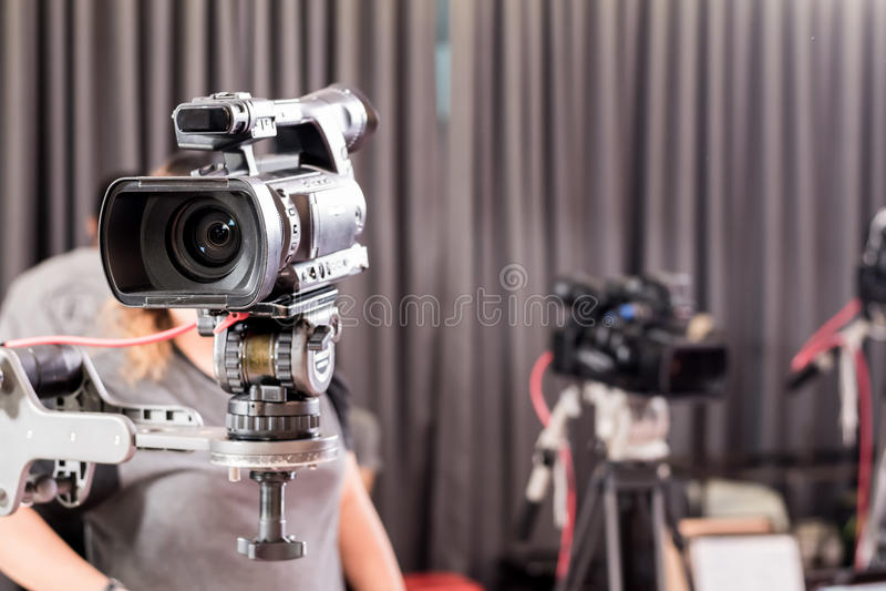 Câmara de vídeo de Digitas com equipamento da lente nos meios profissionais s imagens de stock