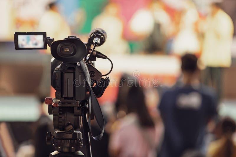 Câmara de vídeo profissional com fundo borrado abstrato foto de stock royalty free