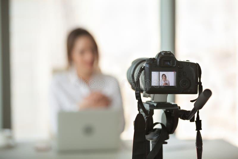 Câmara de vídeo que filma o treinamento vivo do treinador bem sucedido do negócio fotografia de stock royalty free
