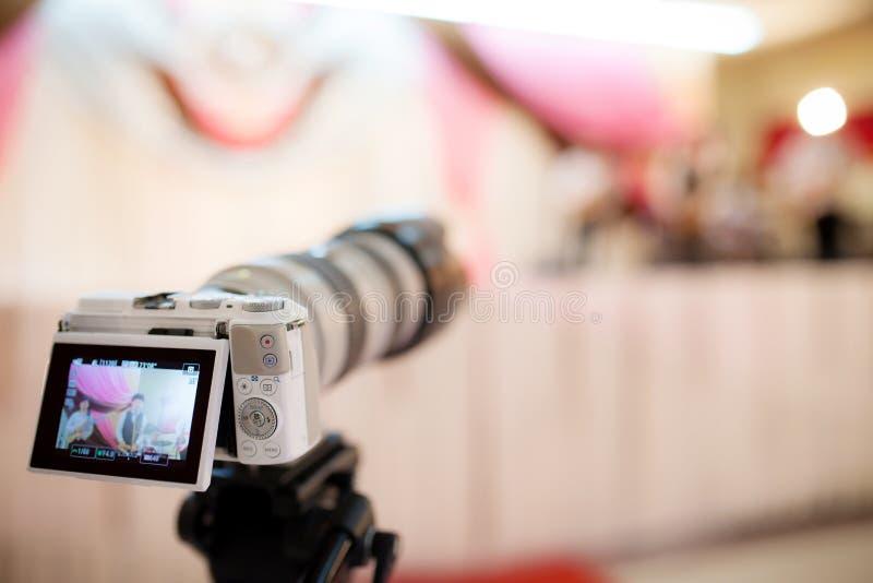 Câmara de vídeo que grava o grande momento na cerimônia de casamento imagens de stock royalty free