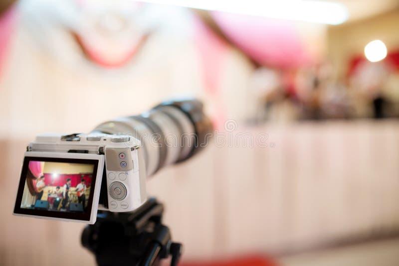 Câmara de vídeo que grava o grande momento na cerimônia de casamento fotografia de stock royalty free