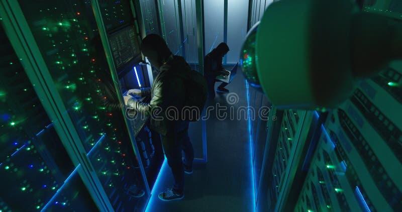 Câmara de vigilância que captura hacker na sala do servidor foto de stock royalty free