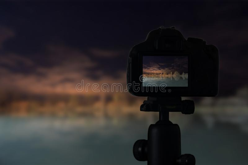 Câmara digital a ideia da noite da reflexão do lago imagem de stock royalty free