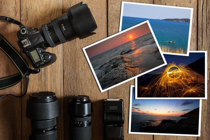 Câmara digital, lente, flash e pilha de DSLR de fotos no fundo de madeira do grunge do vintage foto de stock royalty free