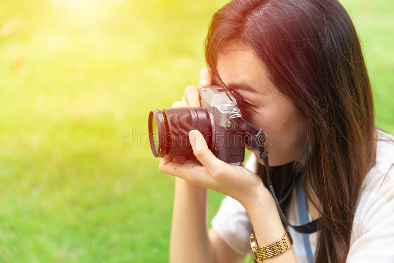 Câmara digital mirrorless de utilização adolescente asiática imagens de stock royalty free