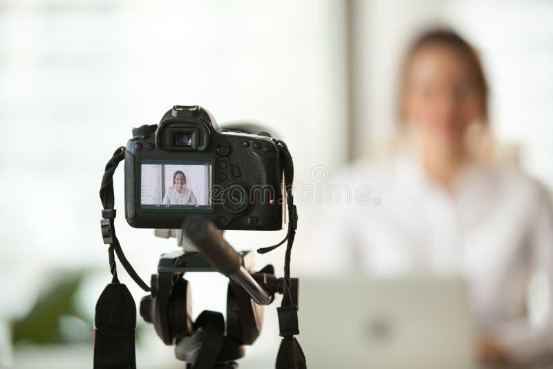 Câmara digital profissional do dslr que filma o vlog da mulher de negócio foto de stock