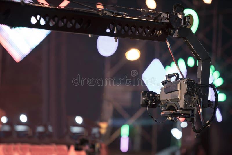 Câmara digital profissional no vídeo da gravação do guindaste no festival do concerto da música fotografia de stock