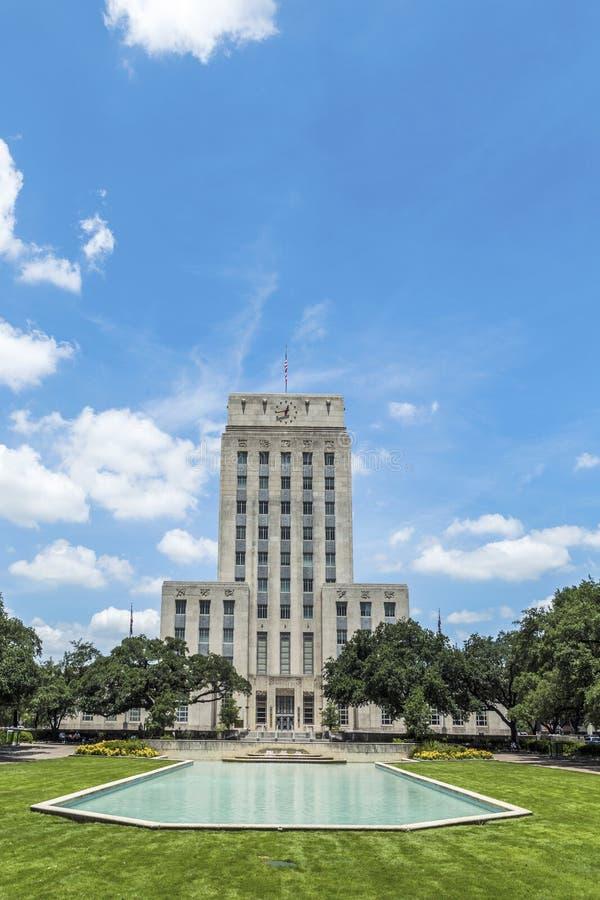 Câmara municipal com fonte e bandeira imagem de stock royalty free