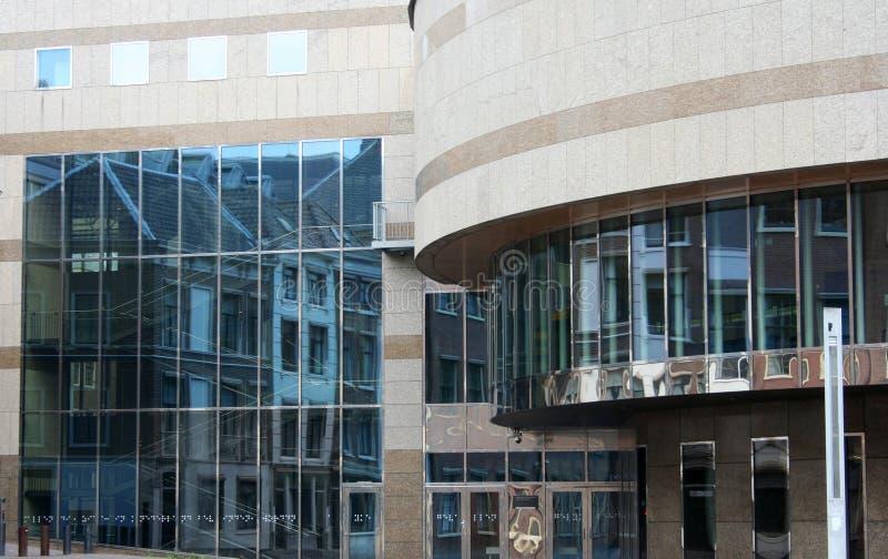 Câmara municipal com reflexão nas janelas foto de stock