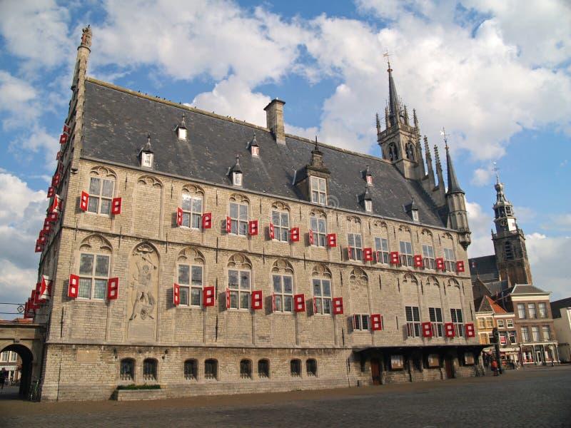 Câmara municipal da cidade do século XV do Gouda no tempo de verão. imagens de stock