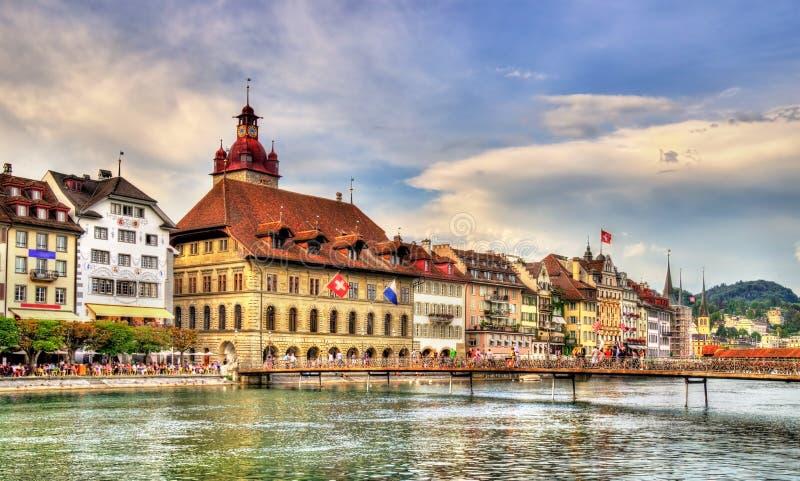 Câmara municipal da lucerna ao longo do rio Reuss, Suíça fotografia de stock