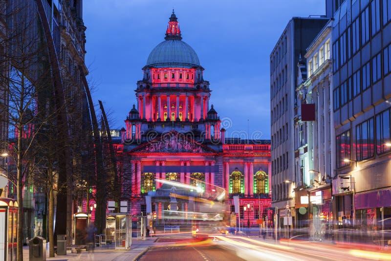 Câmara municipal de Belfast na noite imagem de stock