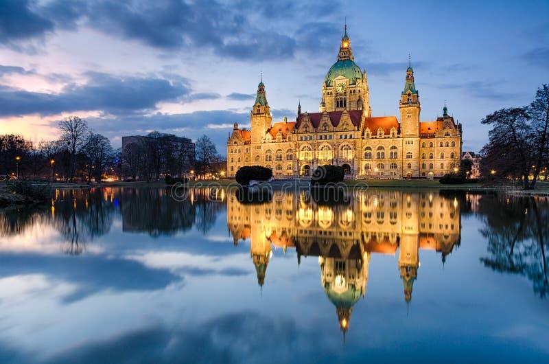 Câmara municipal de Hannover, Alemanha na noite imagens de stock royalty free