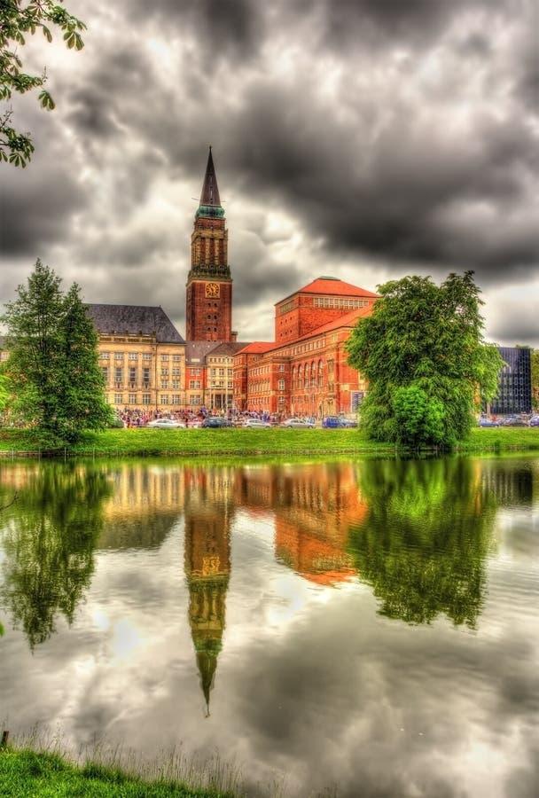 Câmara municipal de Kiel com reflexão de uma superfície da água fotos de stock royalty free