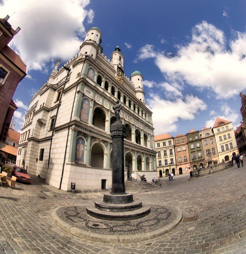 Câmara municipal de Poznan e cidade velha foto de stock royalty free