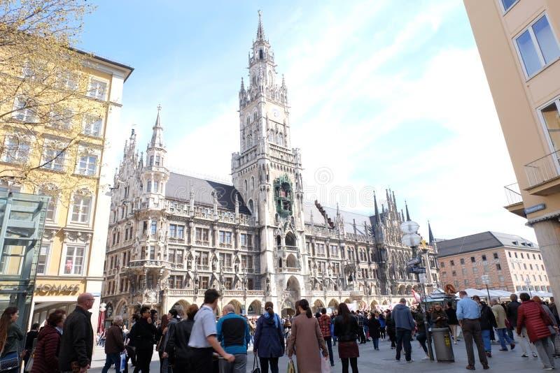 Câmara municipal de Rathaus da cidade de Munich com céu imagens de stock