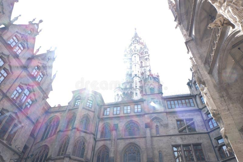 Câmara municipal de Rathaus da cidade de Munich com luz solar imagem de stock