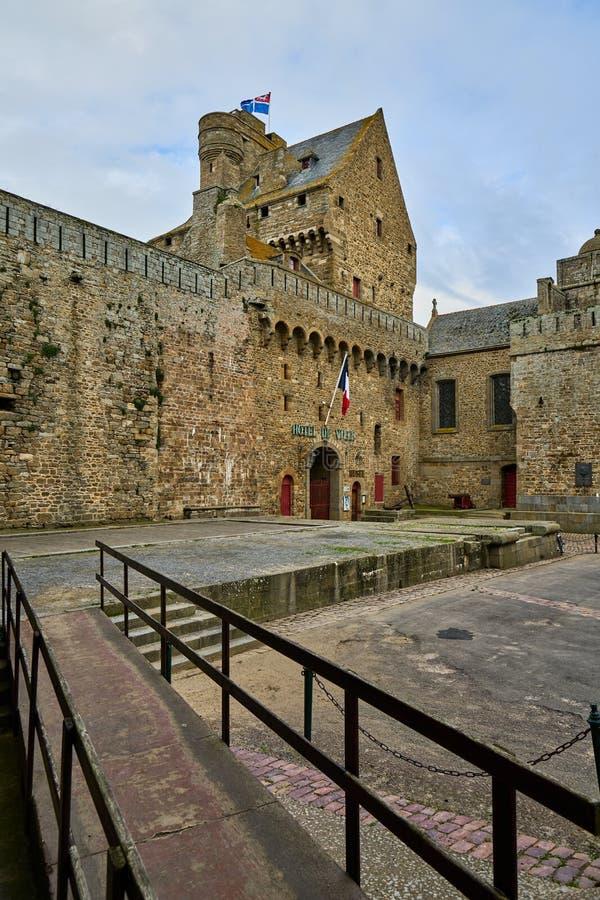 A câmara municipal de Saint Malo, cidade murada histórica em Brittany, França foto de stock